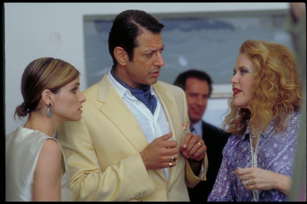 Jeff Goldblums Figur D.H. im Gespräch mit einer Dame auf der rechten Seite des Bildes. Neben ihm seine Geliebte Rachel.