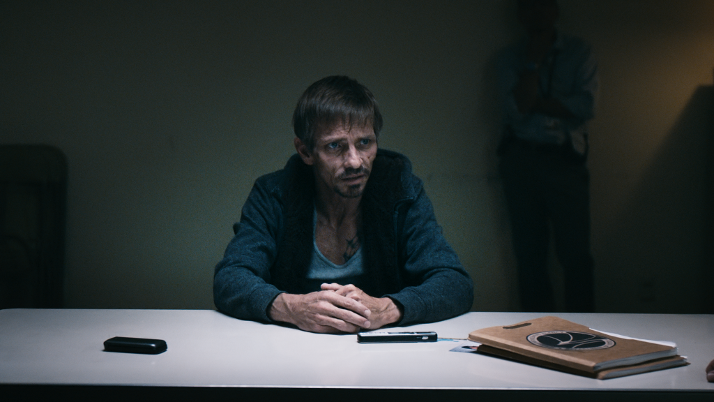 """Jesses Freund """"Sneaky Pete"""" sitzt am Verhör-Tisch. Er wird über Jesses Standort ausgefragt, doch bleibt schweigsam"""