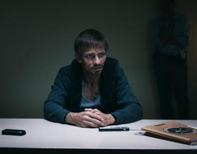 """""""Sneaky Pete"""" sitzt im Verhörraum. Er wird über Jesses Standort ausgefragt, doch bleibt schweigsam"""