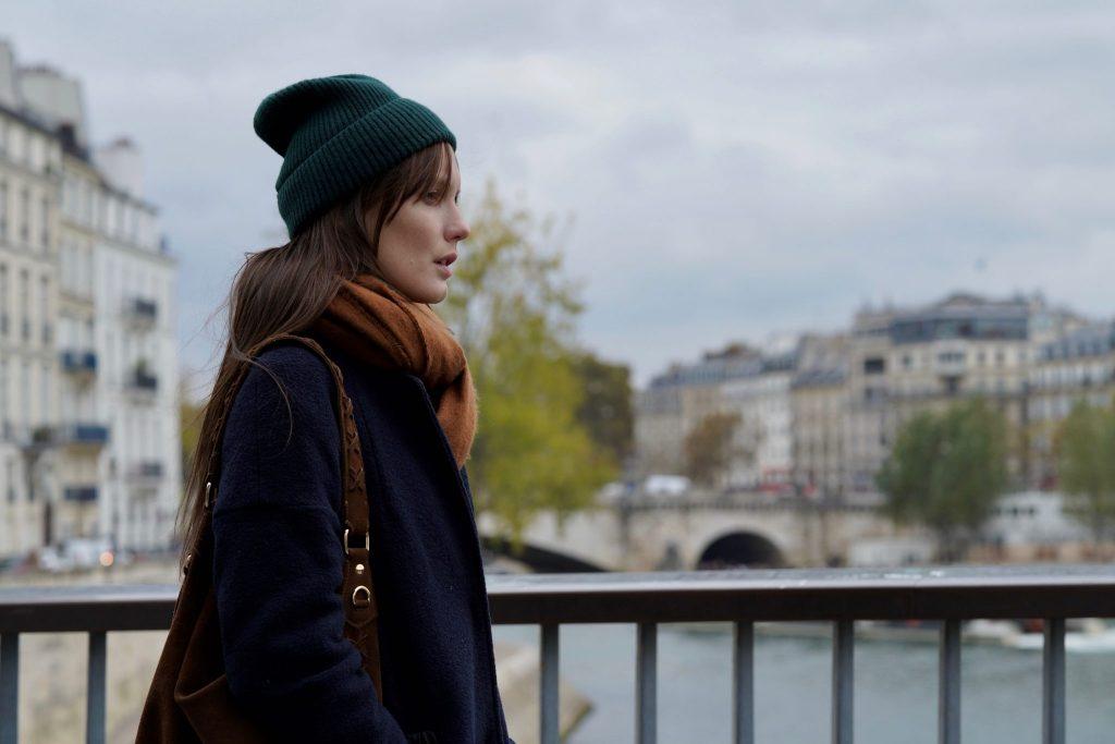 Mélanie geht in Paris über eine Brücke | Einsam Zweisam