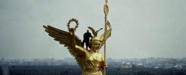 Der Engel Cassiel, gespielt von Otto Sander, steht auf der rechten Schulter der Engelsfigur auf der Siegessäule und beobachtet von der Siegessäule aus das Leben der Menschen in Berlin.