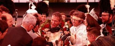 Frank Capua, gespielt von Paul Newman, trägt einen Siegeskranz um den Hals. Er ist umringt von Presseleuten und gibt Interviews.