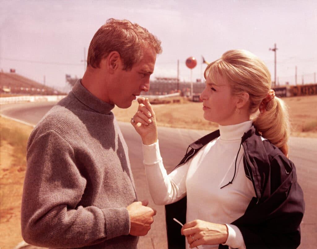 Frank, gespielt von Paul Newman, und Elora, gespielt von Joanne Woodward, tauschen auf der leeren Rennstrecke Zärtlichkeiten aus.