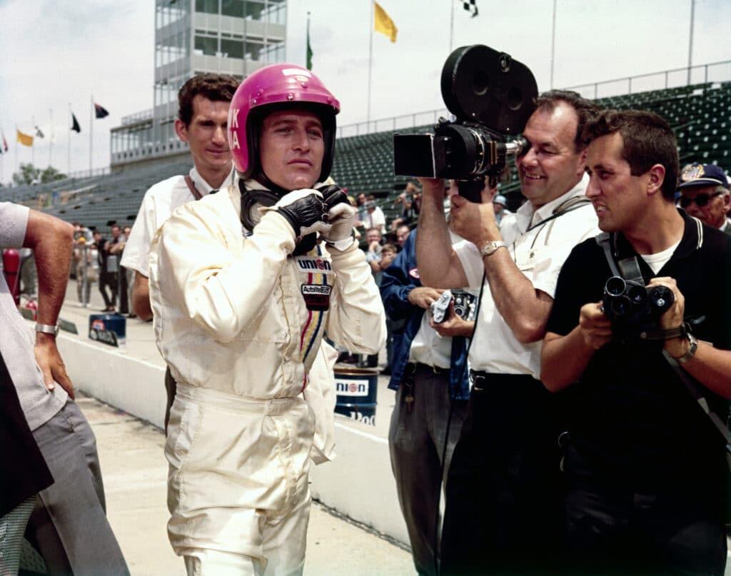 Frank, gespielt von Paul Newman, ist kurz vor Rennstart von Kameraleuten und Fotografen umgeben in Indianapolis - Wagnis auf Leben und Tod.