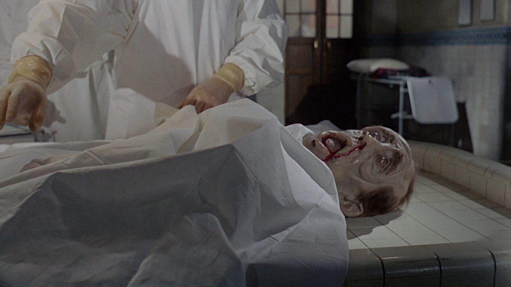 Die Opfer können mangels Skelett keine Haltung in Insel des Schreckens © Koch Films