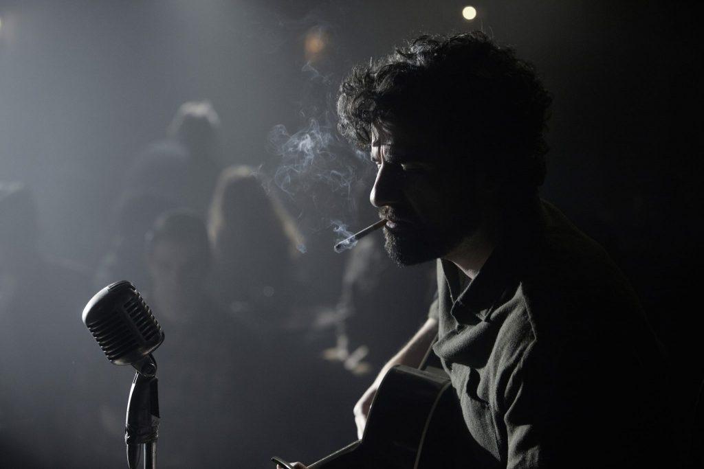 Llewyn Davis - gespielt von Oscar Isaac - performt ein Lied auf der Bühne ©StudioCanal
