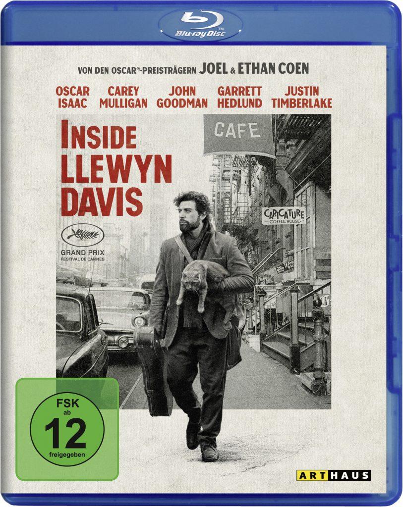Das Blu-Ray Cover zu Inside Llewyn Davis zeigt den Protagonisten, gespielt von Oscar Isaac, mit einer Katze und einem Gitarrenkoffer eine Straße entlang laufen