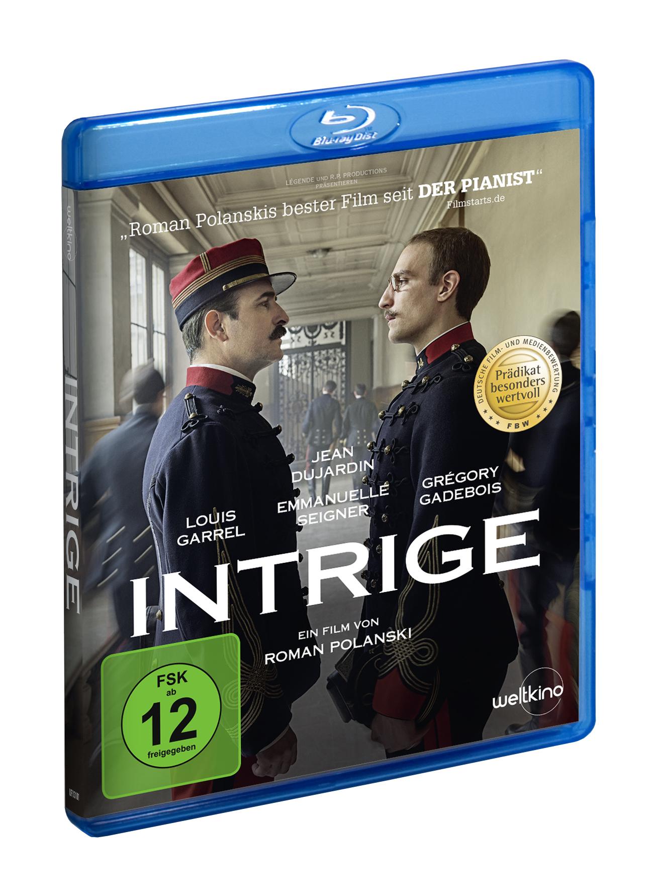Auf dem Blu-ray-Cover zu Intrige stehen sich die beiden Protagonisten, Marie-Georges Picquart (Jean Dujardin) und Alfred Dreyfus (Louis Garrel) gegenüber und starren sich gegenseitig mit bestimmtem Blick in die Augen.