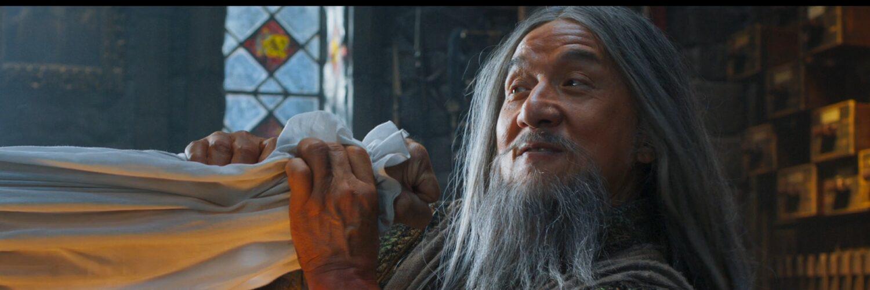 Jackie Chan pariert in IRON MASK in der Rolle eines Kung-Fu-Meisters einen Schlag.