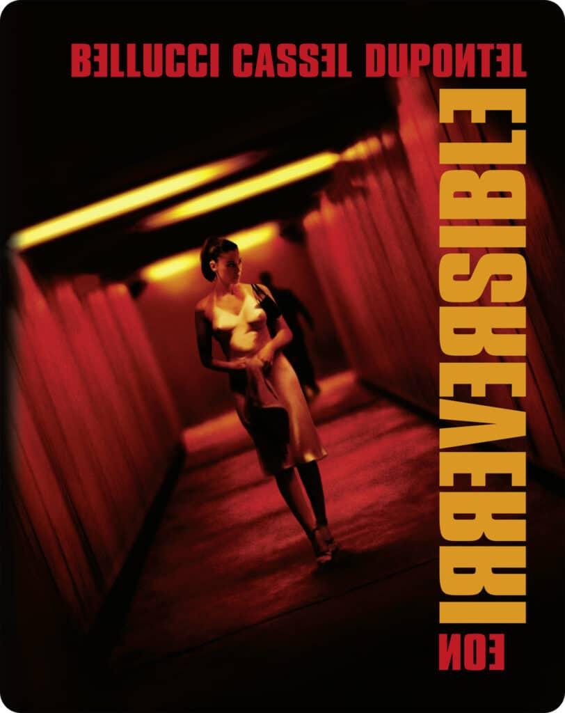 Das Cover von Irreversibel zeigt Monica Bellucci als Alex, die eine in rotes Licht getauchte Unterführung entlang geht. Im Hintergrund ist eine dunkle Gestalt zu sehen, die ihr folgt.