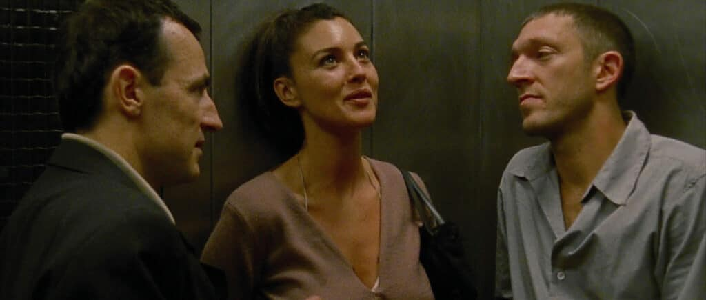 Alex und Marcus stehen in Irreversibel zusammen mit Pierre in einem Aufzug und unterhalten sich ausgelassen.