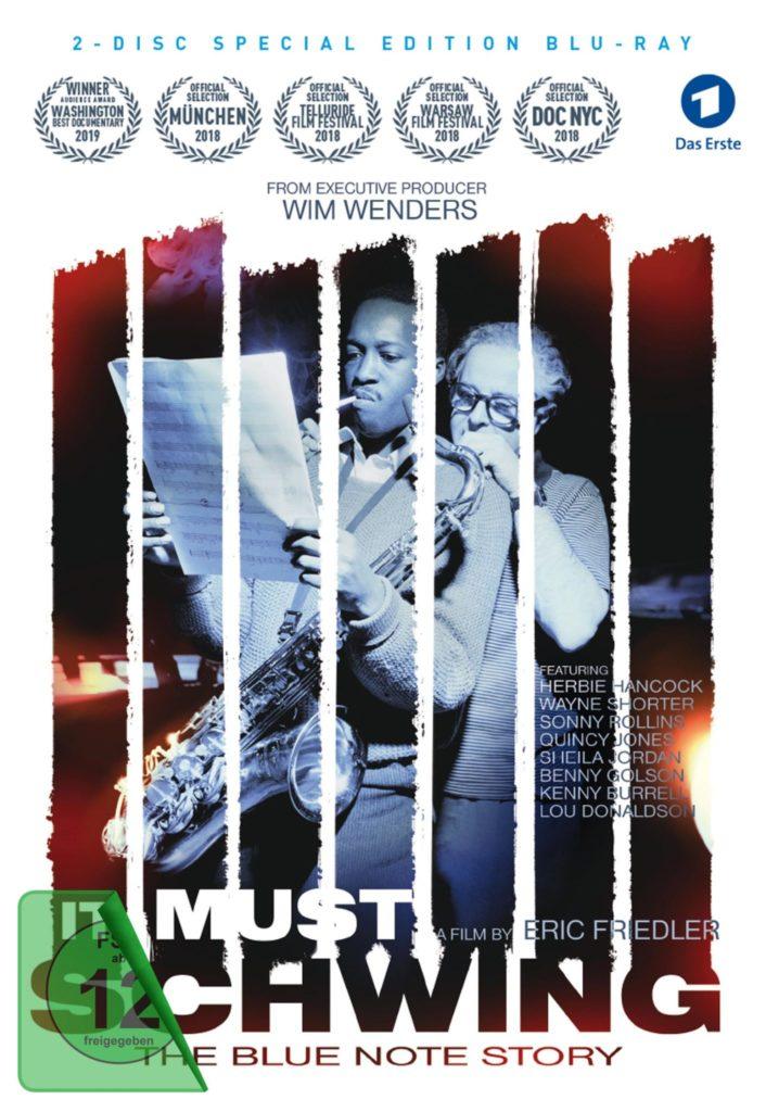 Das Cover der der DVD von It Must Schwing - The Blue Note Story zeigt Alfred Lion hinter dem Saxophonisten Hank Mobley stehend.