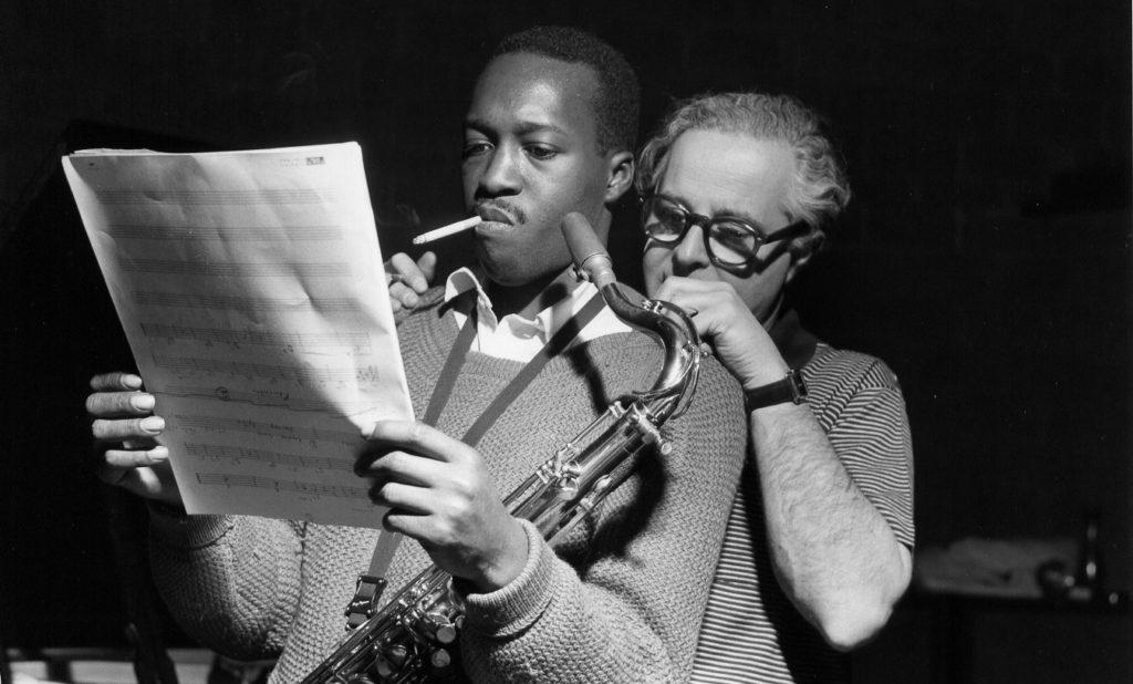 Bei Aufnahmen 1960 in New York steht Alfred Lion hinter dem Saxophonisten Hank Mobley.