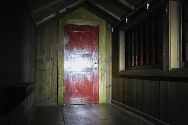 """Die """"Rote Tür"""", der einzige Weg nach draußen oder hinein in """"It Comes at Night"""" © Universum Film"""