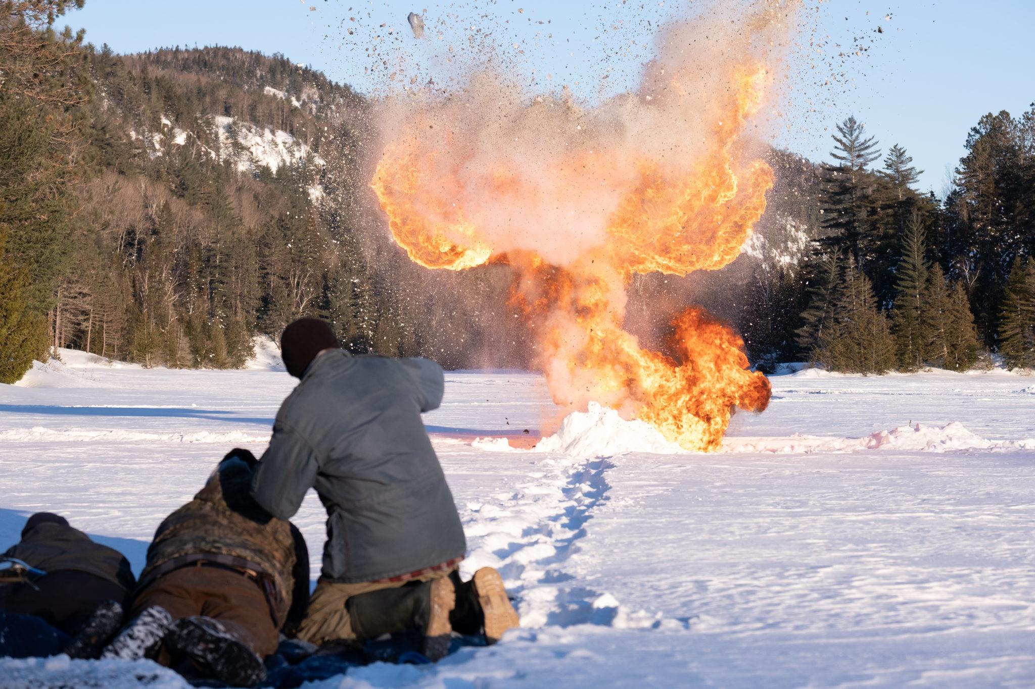 Beim Training kommt es zu einer Explosion auf einer freien beschneiten Fläche