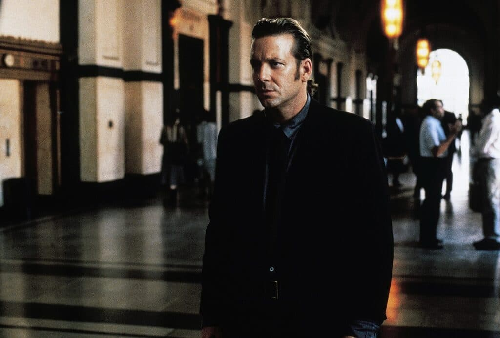 Mickey Rourke ist in schwarz gekleidet und geht abends durch die Straßen von New Orleans in Johnny Handsome.