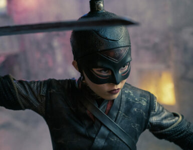 Raikou (Anna Akana) trägt ein japanisches Kampfoutfit mitsamt Samuraischwert und Ledermaske.