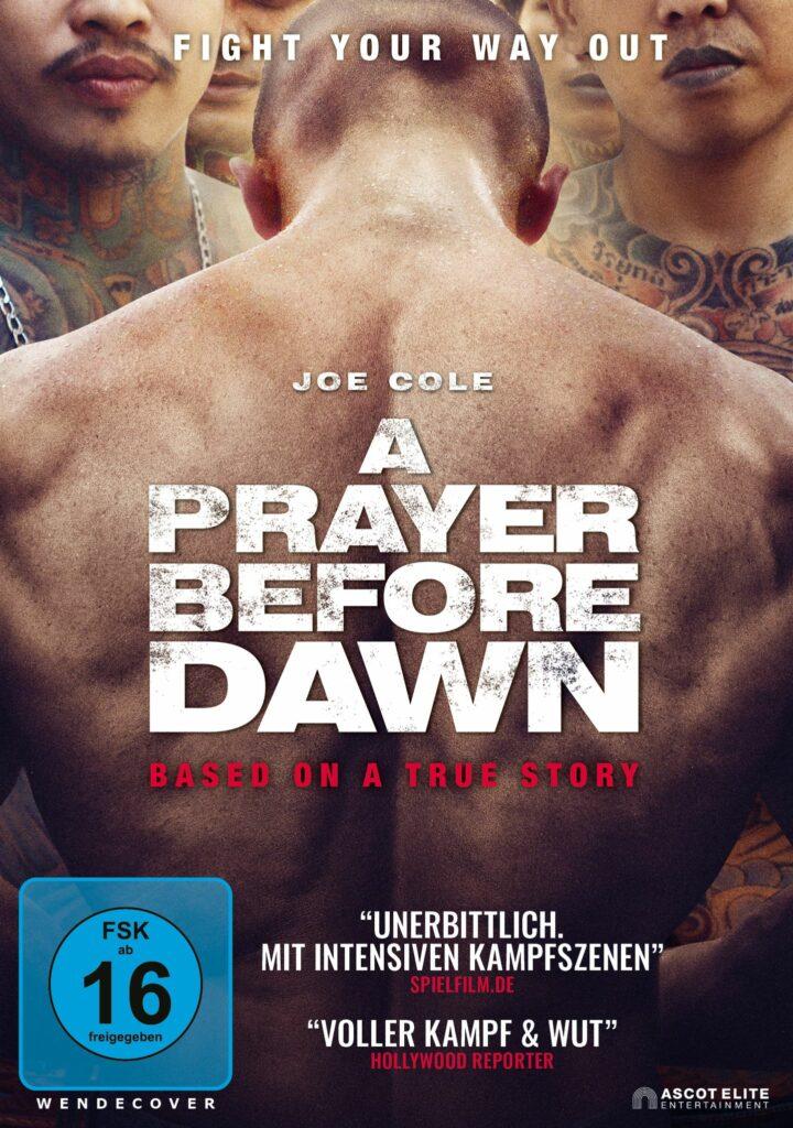 Offizielles Poster zu A Prayer before Dawn, man sieht Joe oberkörperfrei von hinten, um ihn stehen Insassen des Gefängnisses
