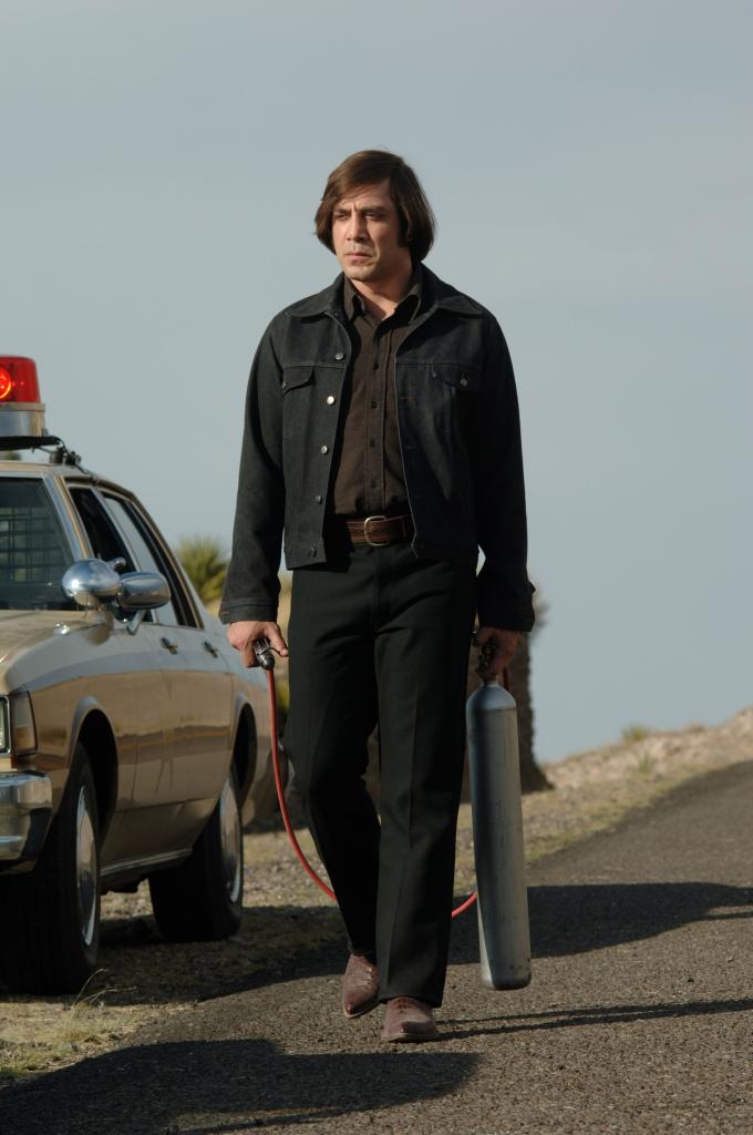 Javier Bardem als Killer Chigurh mit seinem Bolzenschussgerät
