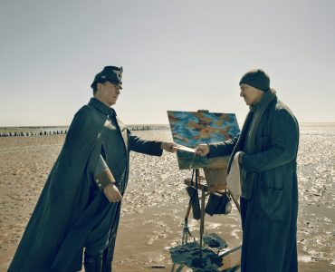 Jens Jepsen (Ulrich Noethen) überbringt schlechte Nachrichten an Max Nansen (Tobias Moretti) in Deutschstunde © Network Movie : Wild Bunch Germany 2019 : Georges Pauly