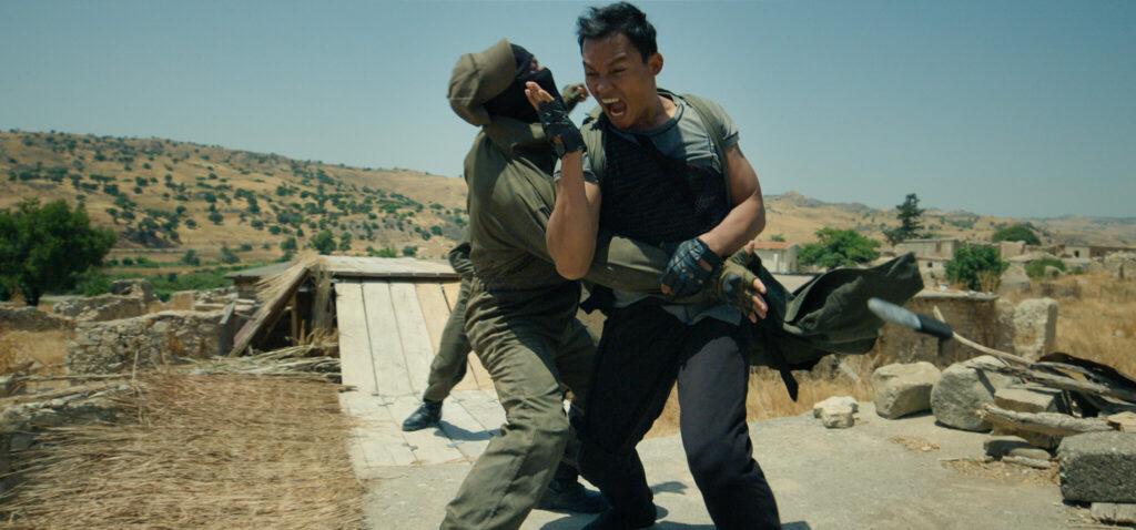 Tony Jaa gibt in Jiu Jitsu seine Kampfkünste zum Besten und bekämpft hier einen Gegner.