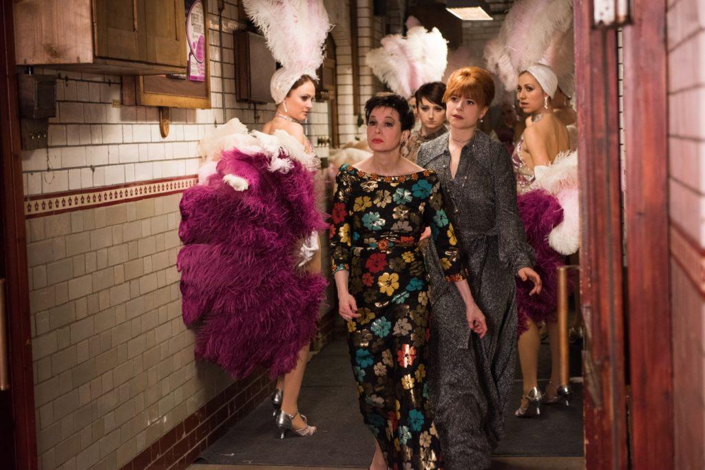 Judy (Renée Zellweger) mit ihrer Assistentin Roselyn auf dem Weg zur Bühne.