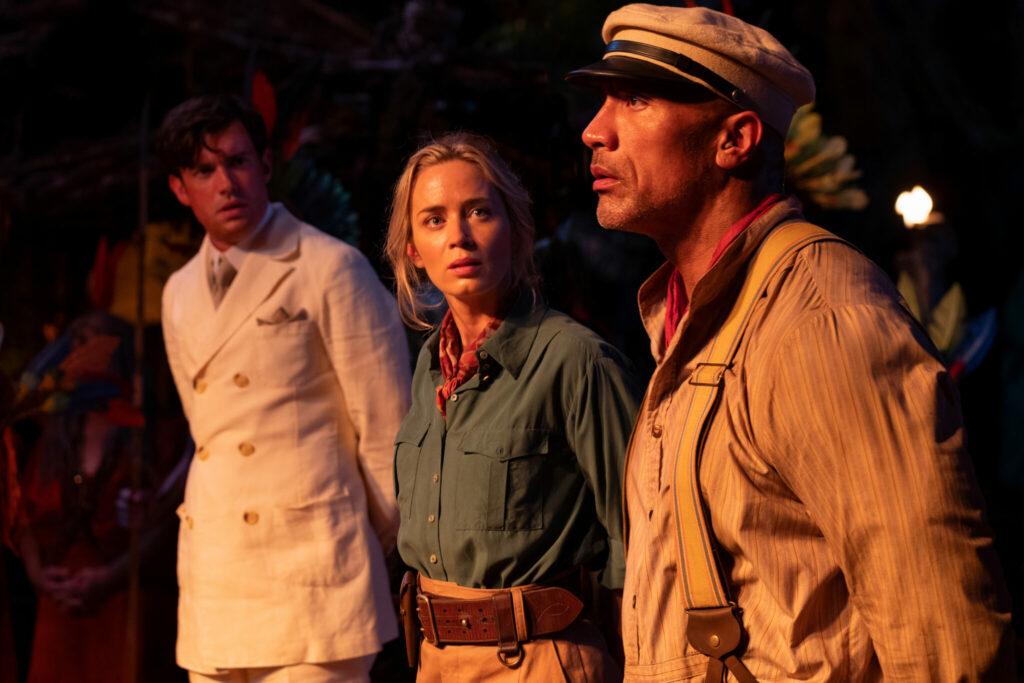 """Auf dem Szenenbild aus Jungle Cruise, welche Neu bei Disney+ im Juli 2021 zu sehen sein wird, sind Emily Blunt (mitte) und Dwanye """"The Rock"""" Johnson (rechts) zu sehen."""
