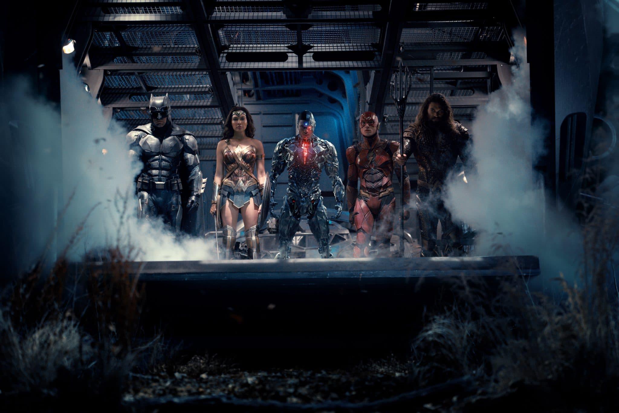 Die Justice League entsteigt einem Flugzeug und steht auf der Laderampe, die dampfend absinkt. Zu sehen sind mit ernsten Gesichtern Batman, Wonder Woman, Cyborg, Flash und Aquaman. Neue Infos zum Snyder-Cut - unser Filmtoast Newsbrunch.
