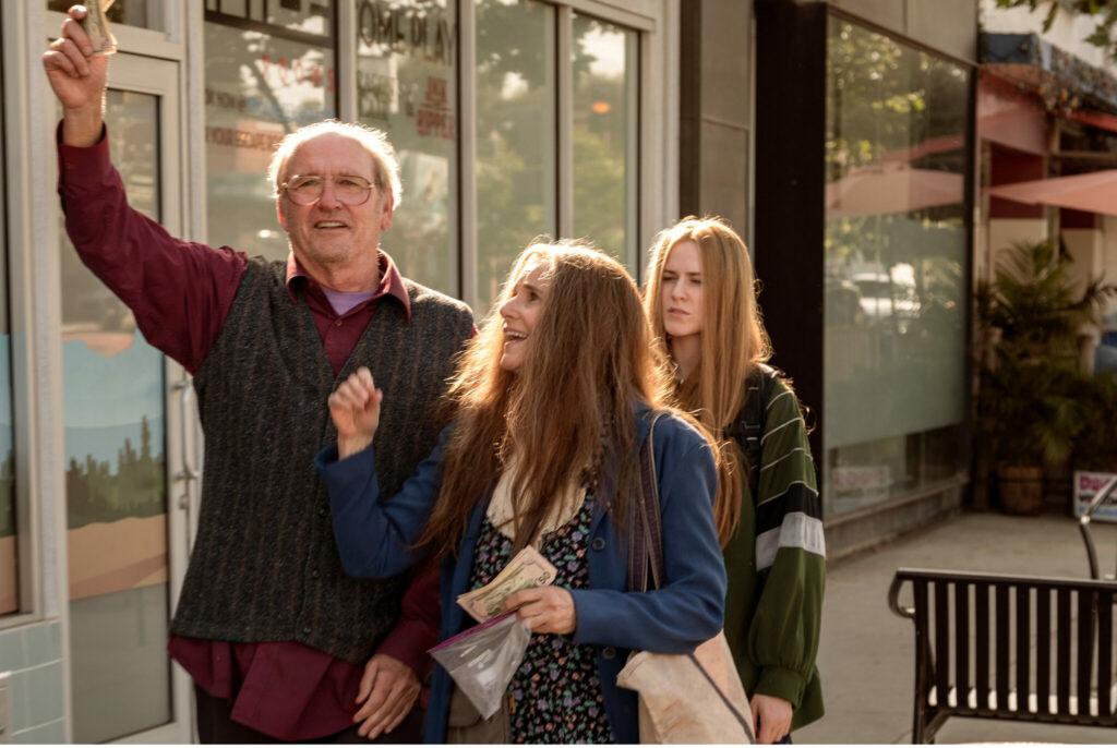 Die Gaunerfamilie hat gerade etwas Bargeld erbeutet, das Robert (Richard Jenkins) freudig mit seinem rechten Arm in die Höhe reckt. Seine Frau Theresa läuft rechts neben ihm und klopft ihm lachen gegen die Brust. Hinter den beiden läuft trottend Old Dolio (Evan Rachel Wood), deren Miene deutlich missmutiger wirkt.