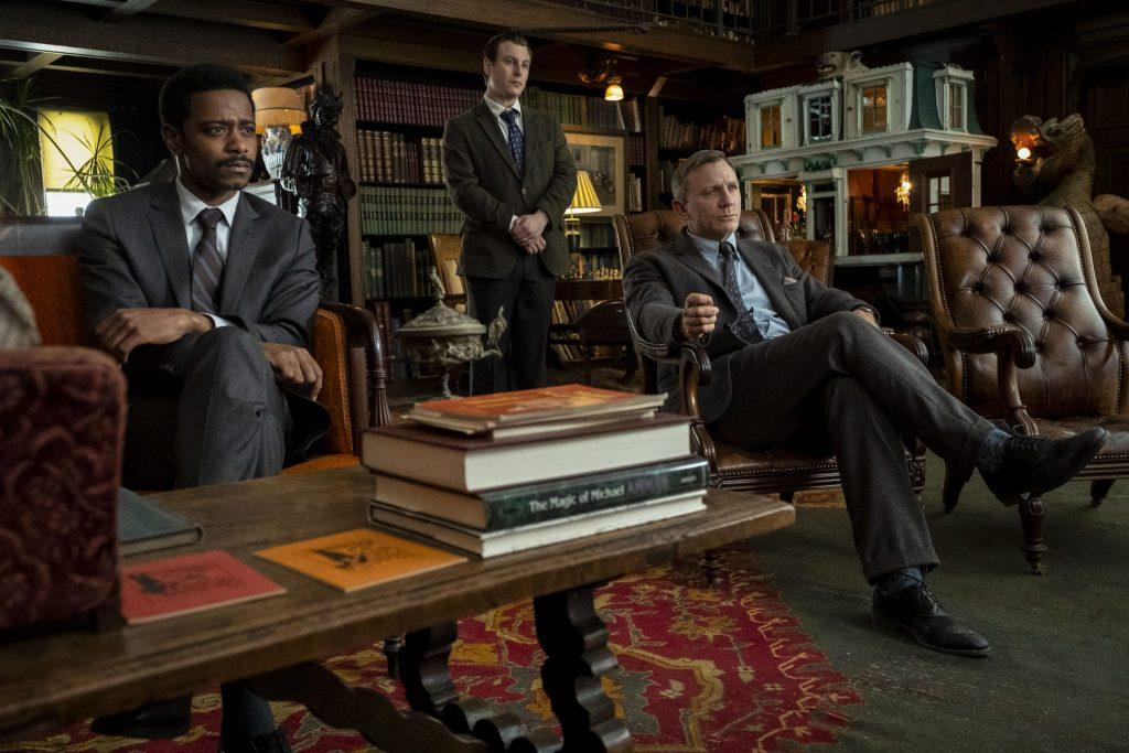 Daniel Craig als Benoit Blanc befragt die Familienmitglieder mit seinen beiden Kollegen in Knives Out