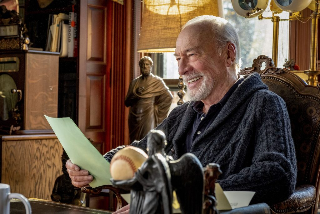 Christopher Plummer als Harlan Thrombey liest einen Brief in Knives Out