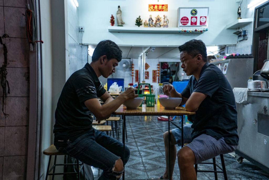 Kang und Non beim Essen in Rizi