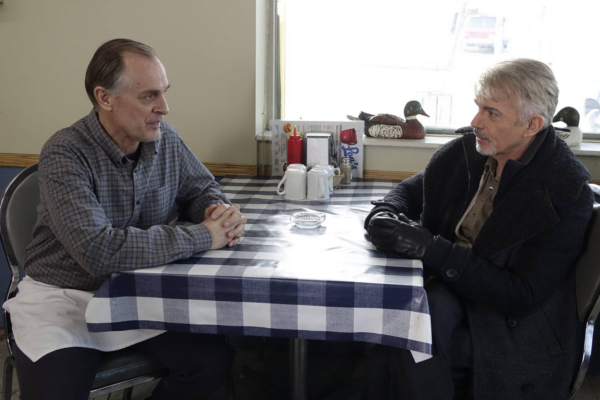 Keith Carradine und Billy Bob Thornton sitzen sich gegenüber in der ersten Staffel Fargo
