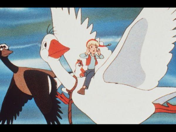 Nils Holgersson schaffte es nicht in die Top10 der besten Kinderserien der 80er. Auf dem Bild sieht man ihn auf einer Wildgans reiten, während er beide Hände zum Gesicht führt, um scheinbar nach jemanden zu rufen.