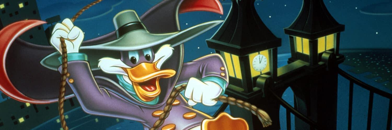 Darkwing Duck ist einer der Helden unter den Kinderserien der 90er. Der Held schwingt sich hier an einem Seil durch die dunkle Nacht.