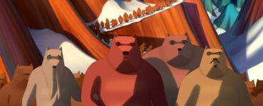 Vier dicke Bären im Bildvordergrund, dahinter Berge und viele weitere Bären, die durch den Schnee stapfen.