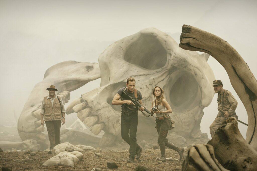 Die von Tom Hiddleston angeführte Gruppe marschiert durch riesige Gebeine lange verstorbener Monster - Neu bei Prime im August 2021