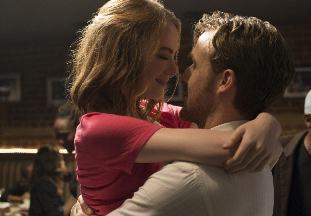 Hollywood Traumpaar Mia (Emma Stone) und Sebastian (Ryan Gosling) liegen sich in La La Land in den Armen. © Studiocanal Home Entertainment