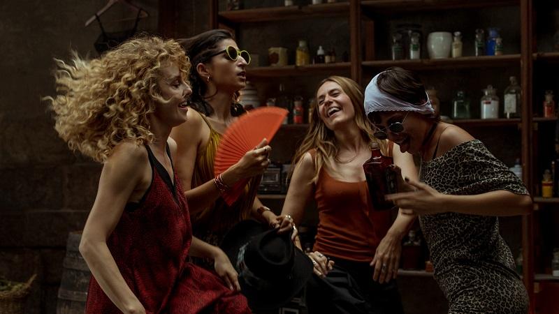 Vier Frauen tanzen ausgelassen in einer Bar - Neu auf Netflix im April 2020