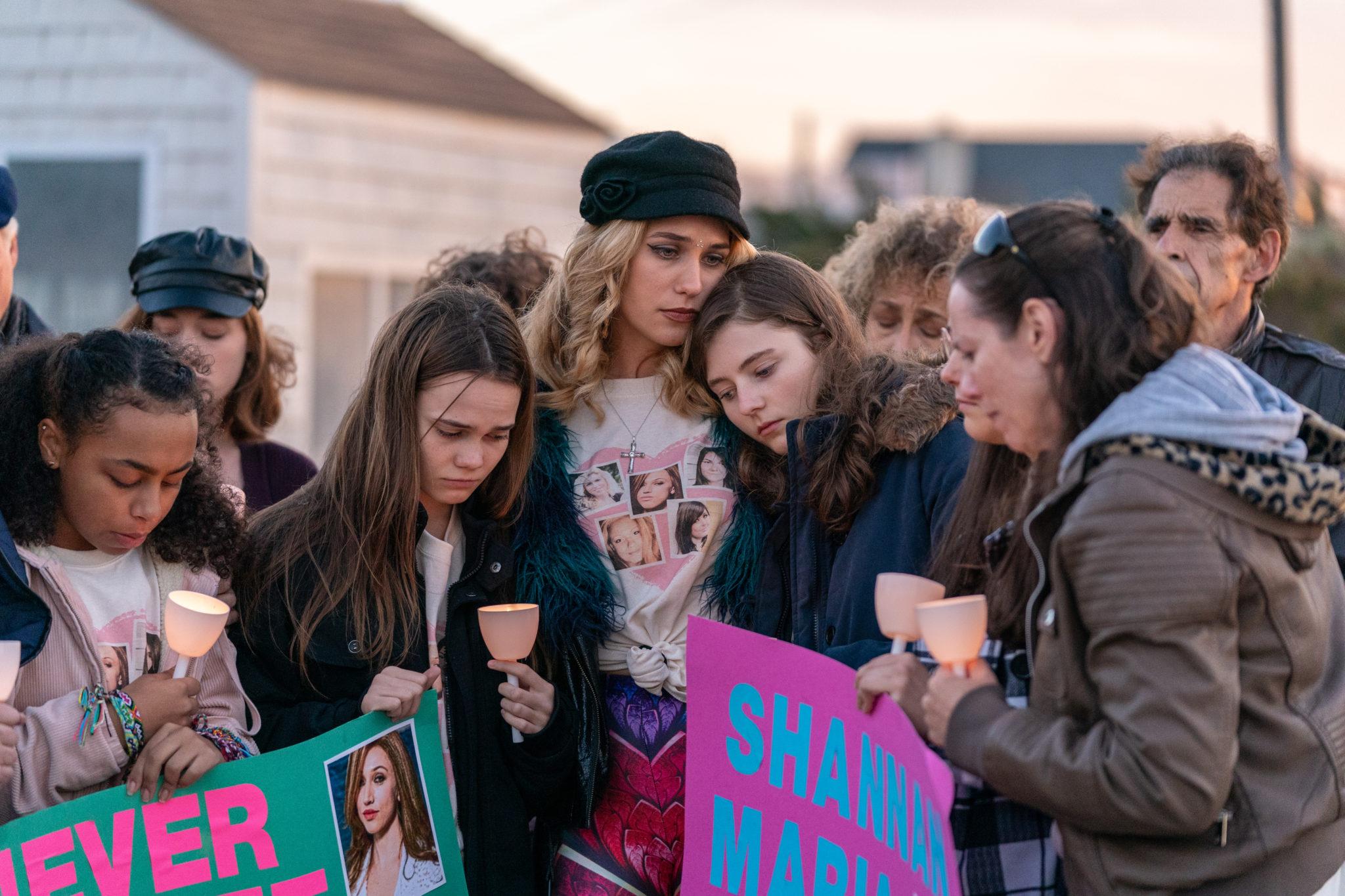 Die Angehörigen trauern gemeinsam in Lost Girls