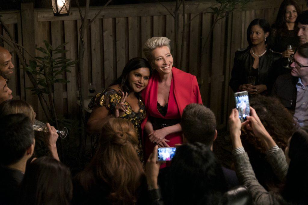 Die Moderatorin und die Autorin posen Arm in Arm für Journalisten die sie mit Handys fotografieren.