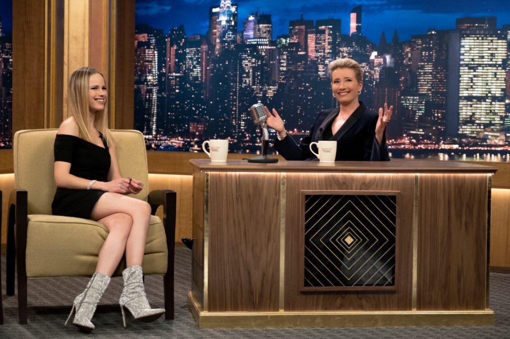 Die Hostess interviewt im Zuge ihrer Late Night Show eine junge Schauspielerin aus einer Teenie-Serie