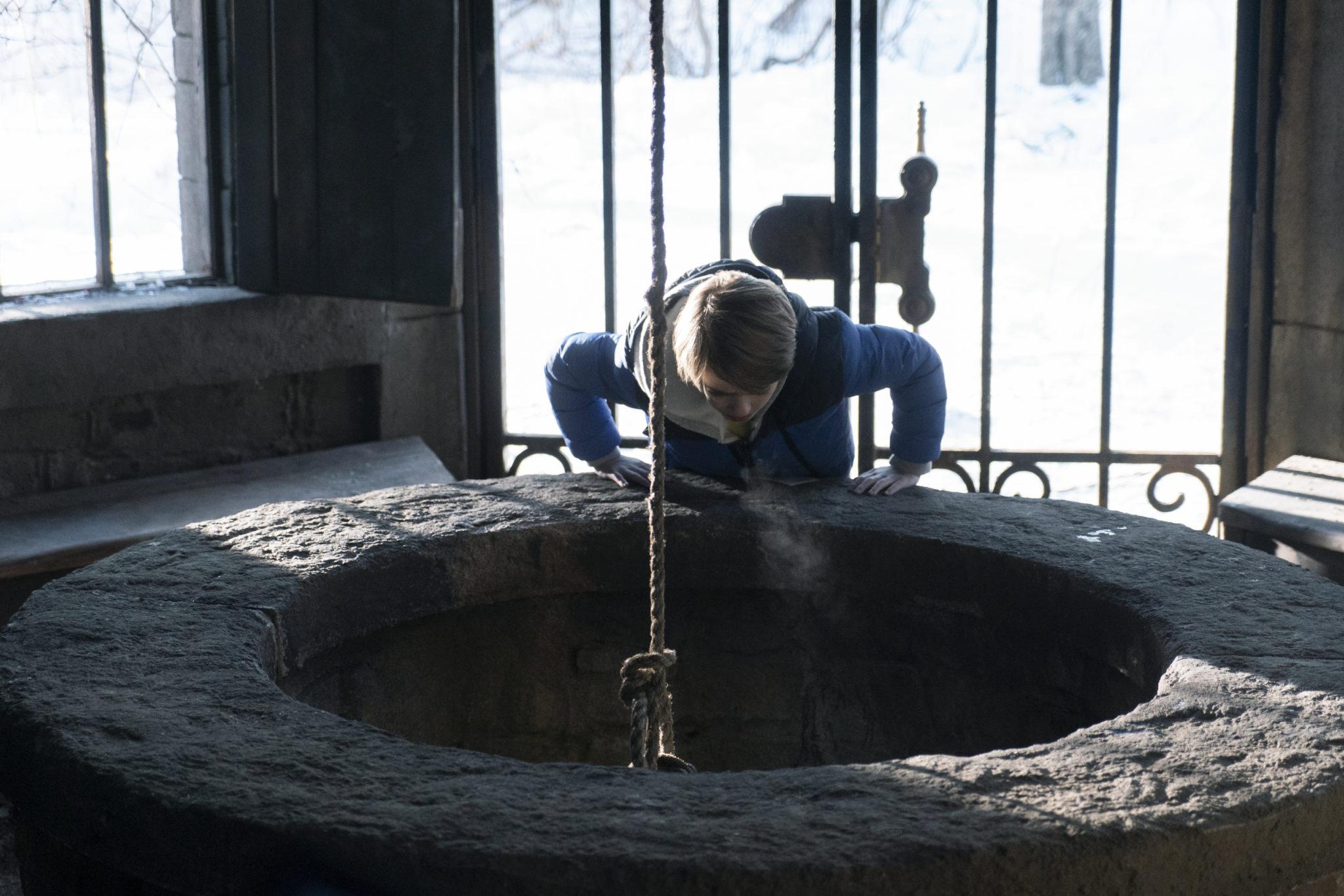 Bode spricht mit einem Echo aus einem Brunnen in Locke & Key