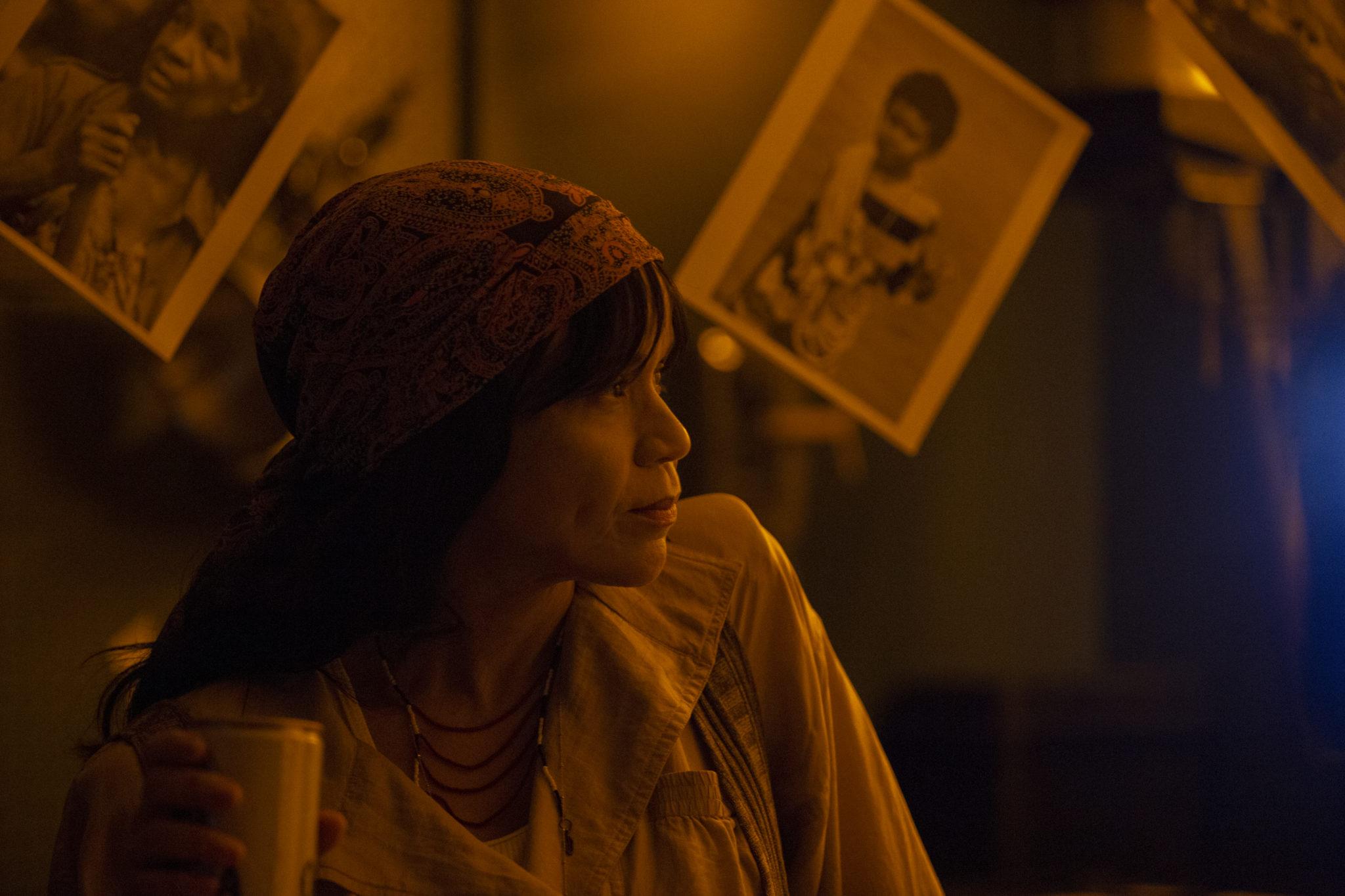 Rosie Perez als Kollegin von Anne Hathaway