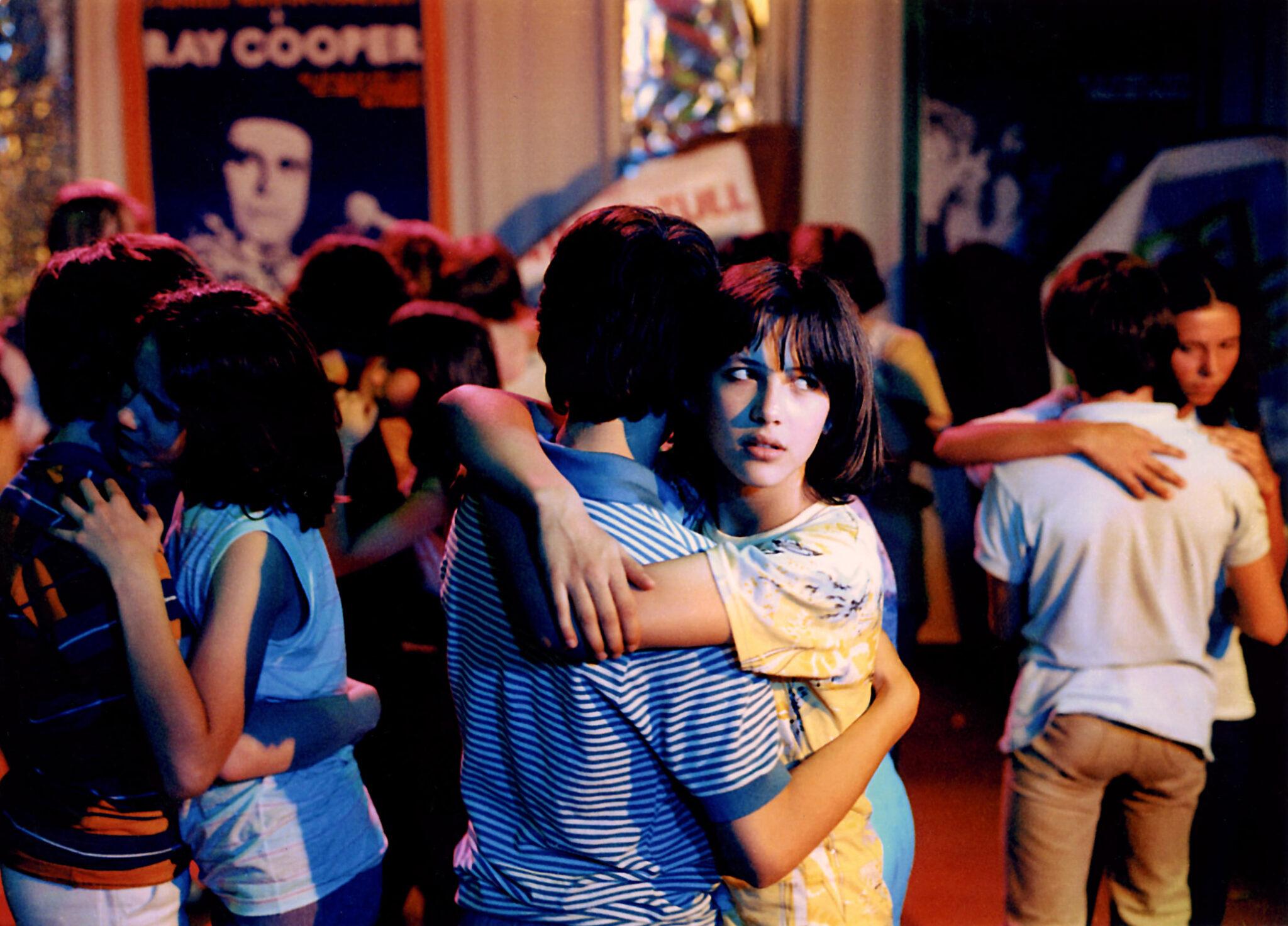 La Boum gilt wohl als absoluter Klassiker unter den Coming-of-Age-Filmen - Hier tanzen Vic und Mathieu innig © La Bäm Filmverleih© La Bäm Filmverleih