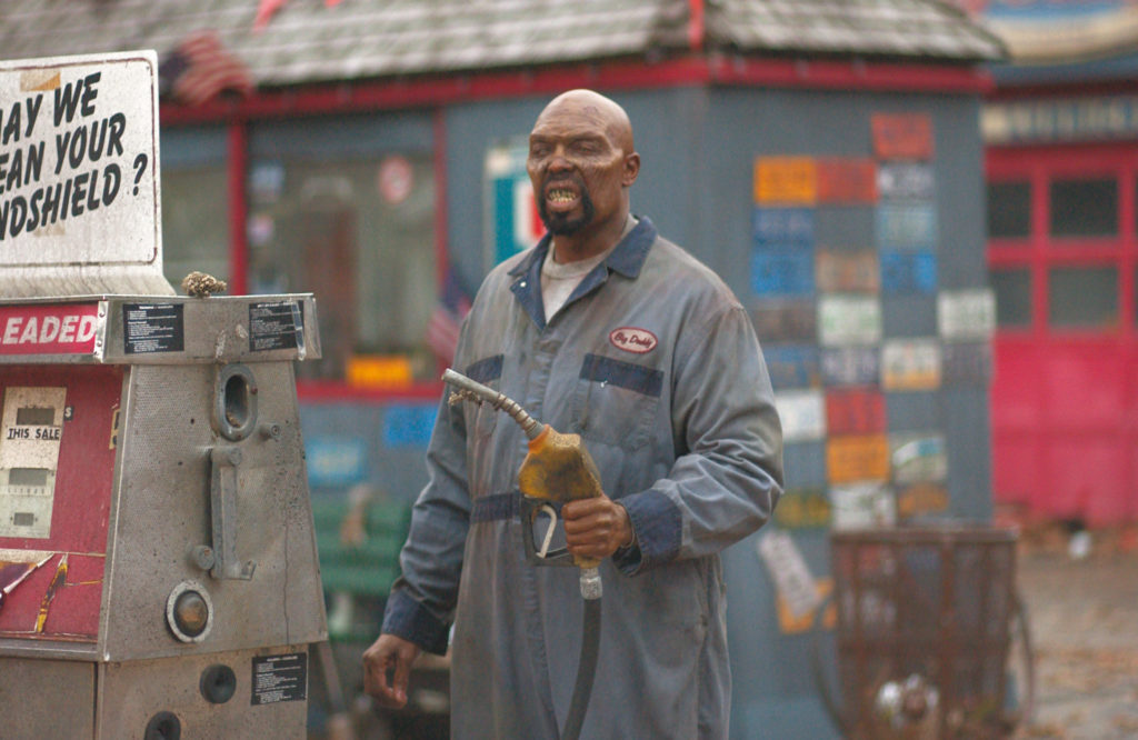 Eugene Clark als Big Daddy steht im Blaumann an einer Zapfsäule in Land Of The Dead