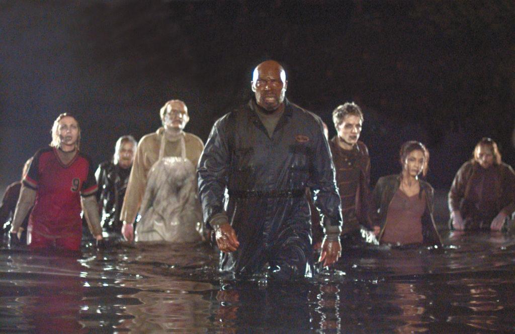 Eugene Clark als Big Daddy geht mit einer Gruppe von Zombies durchs Wasser in Land Of The Dead