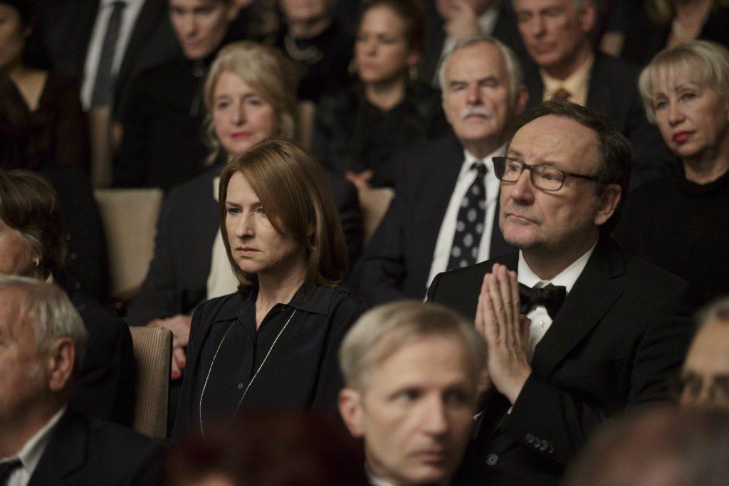 Lara mit verzogener Miene im Publikum während einer Aufführung