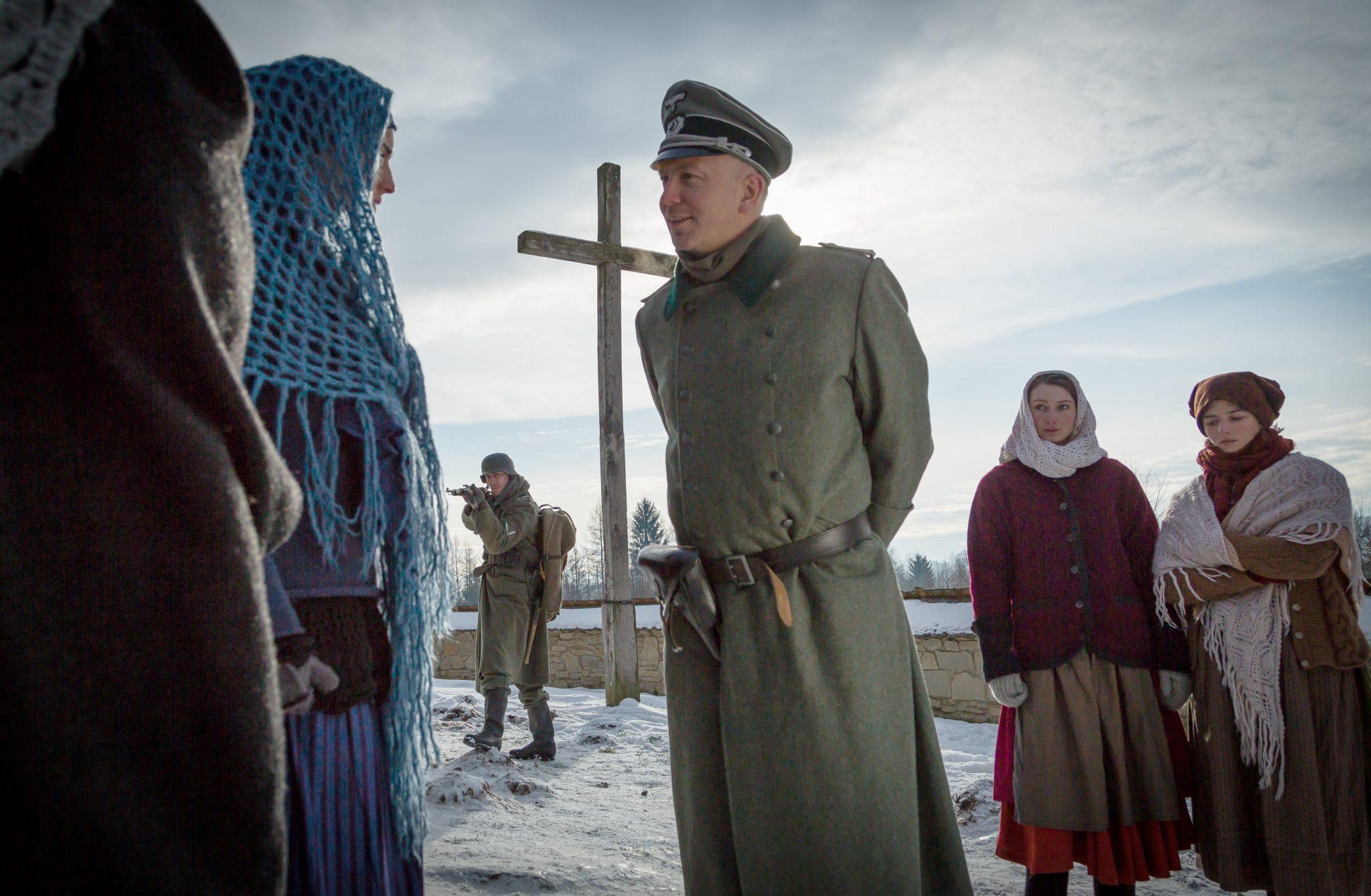 """Lars Doppler als Leutnant Markus Wentzel (Bildmitte) in """"Höre die Stille"""" ©Tiberius Film"""