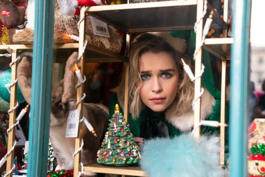 """Ob """"Last Christmas"""" mit Emilia Clarke im Filmtoast Adventsfrühstück Podcast #1 Thema ist, erfahrt erst nachdem reinhören. Auf dem Bild schaut Emilia Clarke durch ein weihnachtlich dekoriertes Fenster."""